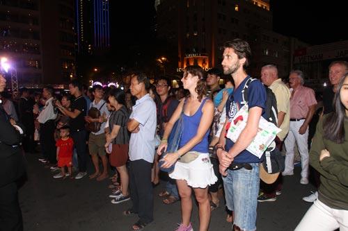 Những tiết mục cuốn hút trong đêm trao giải và khán giả đang say mê theo dõi màn hình LED bên ngoài Nhà hát Thành phố Ảnh: TẤN THẠNH - HOÀNG TRIỀU