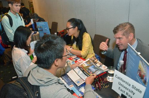 Chính sách thị thực mới giúp công dân Việt Nam thuận lợi hơn khi sang Mỹ. Trong ảnh: Du học sinh làm thủ tục du học tại Mỹ Ảnh: Tấn Thạnh