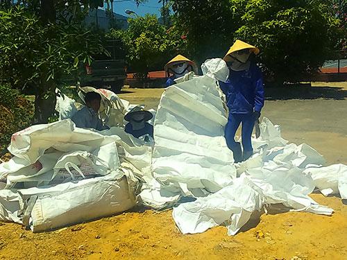 Công nhân thu dọn số chất thải tại công viên của Công ty Môi trường đô thị Kỳ Anh Ảnh: Dung Nguyên
