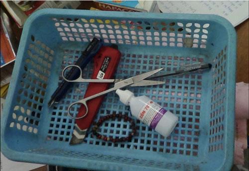 """Một nhà thuốc trong chuỗi hơn 20 cửa hàng bán tân dược quá hạn sử dụng của bà Trần Thị Ánh Tuyết và những dụng cụ sửa """"đát"""" thuốc tây Ảnh: NGUYỄN QUYẾT"""