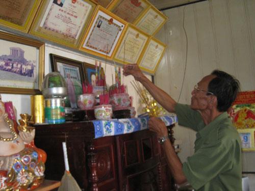 Ông Lư Thái Sơn trong căn nhà ở phường 8, TP Cà Mau sắp bị phát mãi