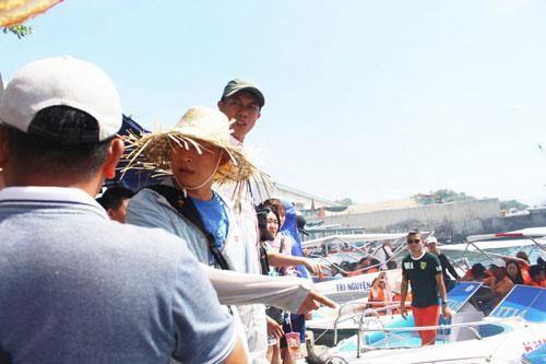 Người Trung Quốc (nón lá) đứng ra hướng dẫn khách tại cảng Du lịch Cầu Đá TP Nha Trang
