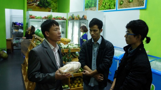 Ông Đoàn Văn Vươn tiếp thị sản phẩm thịt vịt nuôi tại nhà với cửa hàng ở Hà Nội Ảnh: NGUYỄN HƯỞNG