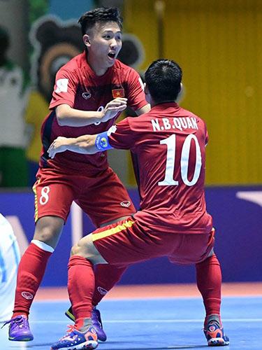 Minh Trí (trái) sau bàn thắng vào lưới Guatemala sáng 12-9. Ảnh: Mộc Nghênh