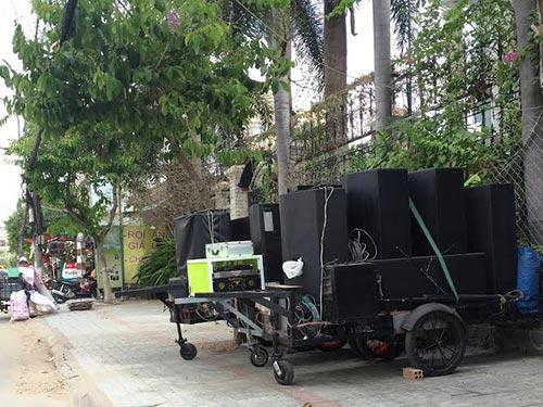 Những chiếc xe nhạc sống trên vỉa hè đường Trần Hưng Đạo (TP Mỹ Tho, tỉnh Tiền Giang) để cho thuê