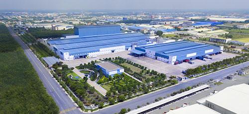 Ngoài 3 nhà máy tại nước ngoài, hiện Vinamilk có 13 nhà máy trong nước, trong đó đáng kể 2 siêu nhà máy sản xuất trị giá gần 5.000 tỉ đồng bằng vốn tự có tại tỉnh Bình Dương