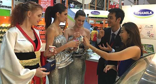 Khách tham quan được dùng thử các sản phẩm sữa chua Vinamilk và tỏ ra thích thú, đánh giá cao về chất lượng các mặt hàng được trưng bày tại hội chợ Thaiflex năm nay
