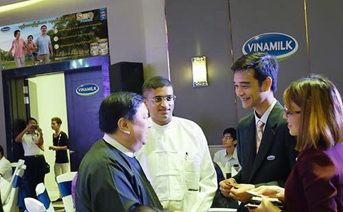Ông Võ Trung Hiếu (thứ 2 từ phải sang), Giám đốc Kinh doanh Quốc tế Vinamilk, đang trao đổi với các lãnh đạo thành phố Yangon về kế hoạch phát triển của Vinamilk tại Myanmar