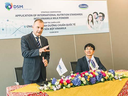Ông Pieter Nouber, Phó Chủ tịch tập đoàn DSM Thụy Sĩ, phụ trách khu vực Châu Á – Thái Bình Dương, phát biểu tại lễ ký kết hợp tác chiến lược