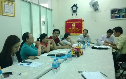 Nhóm đại diện tập thể nhân viên Công ty CP Mặt Trời làm việc với cơ quan chức năng quận Bình Thạnh sáng 4-3
