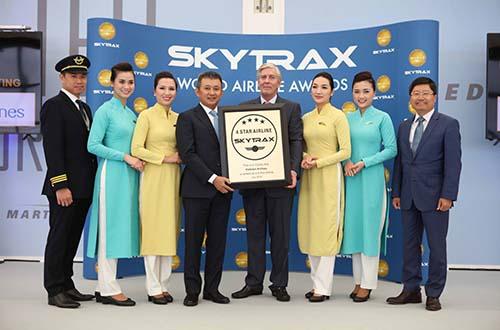 đại diện SkyTrax trao chứng chỉ công nhận hãng hàng không 4 sao cho Vietnam Airlines Ảnh: Ngọc Hằng
