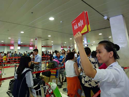 Nhân viên mặt đất ưu tiên làm thủ tục cho hành khách đi Hà Nội trước khi đóng quầy Ảnh: Nguyễn Thu