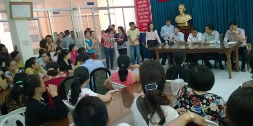 Đại diện các cơ quan chức năng quận 10 và lãnh đạo Công ty CP Giày Sài Gòn đối thoại với công nhân ngày 15-3