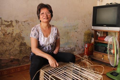 Bà Nguyễn Thị Kim Xuyến với công việc đan sọt hằng ngày