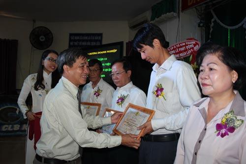 Ông Nguyễn Thành Gia, Chủ nhiệm Ủy ban Kiểm tra LĐLĐ TP HCM, trao biểu trưng cho chủ doanh nghiệp tiêu biểu chăm lo tốt cho công nhân tại quận 11, TP HCM