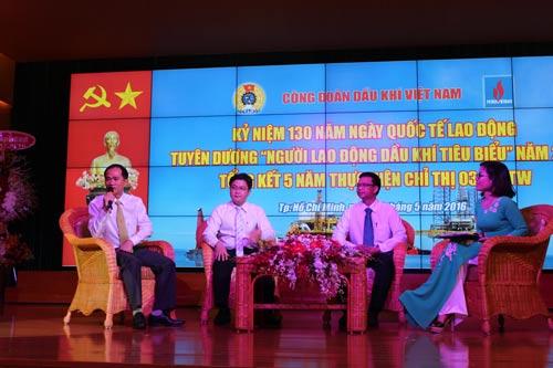 Anh Lê Quốc Bảo (bìa trái), Tổ trưởng, chuyên gia thiết bị phân tích fire and gas Nhà máy Đạm Phú Mỹ, tỉnh Bà Rịa - Vũng Tàu, chia sẻ về công việc của mình