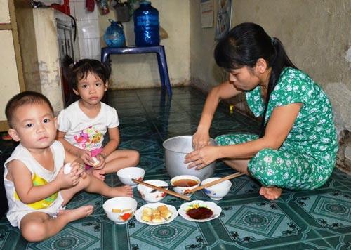 Thu nhập bấp bênh khiến nhiều nữ công nhân gặp khó khăn trong việc chăm sóc con cái Ảnh: NGUYỄN LUÂN