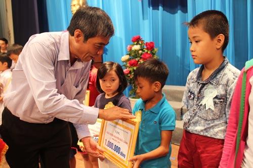 Ông Nguyễn Văn Khải, Phó Chủ tịch Thường trực LĐLĐ TP HCM, trao học bổng cho con CNVC-LĐ khó khăn do Công đoàn Viên chức TP tổ chức