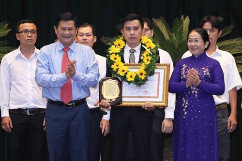Bà Võ Thị Dung, Phó Bí thư Thành ủy và ông Huỳnh Cách Mạng, Phó Chủ tịch UBND TP HCM, trao thưởng cho anh Trần Bảo Giang (Nhà máy Thuốc lá Bến Thành) đạt Giải thưởng Tôn Đức Thắng Ảnh: hoàng Triều