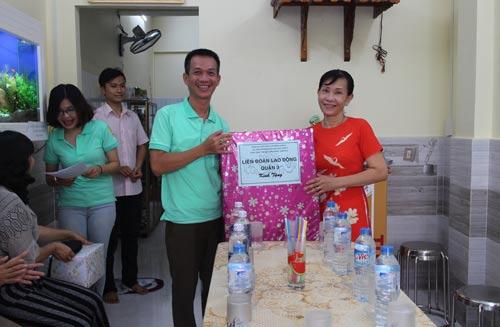 Chị Huỳnh Thu Hà nhận quà mừng nhà mới của LĐLĐ quận 3, TP HCM