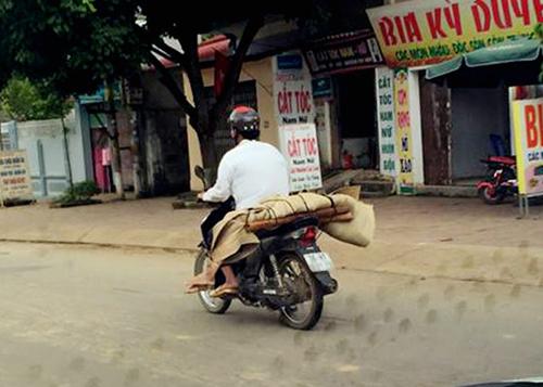 Hình ảnh dùng xe máy chở thi thể tại TP Sơn La được đưa lên mạng xã hội - Ảnh: Facebook