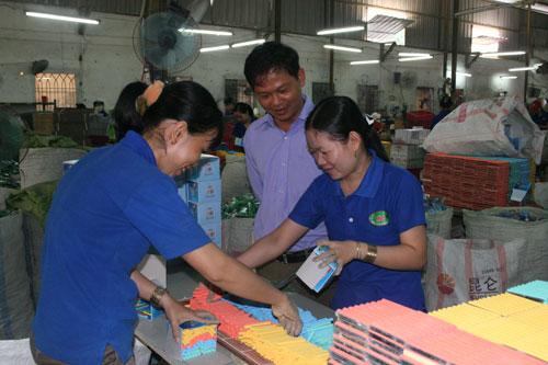 Người lao động rất quan tâm đến vấn đề tăng lương tối thiểu vùng - Ảnh: Vĩnh Tùng