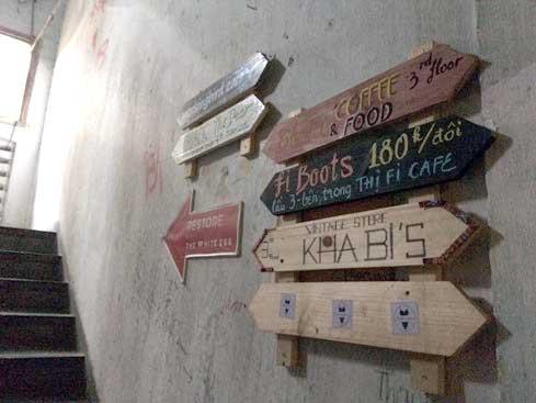 Mỗi bảng tên là mỗi cửa hiệu, giúp khách dễ nhận biết.