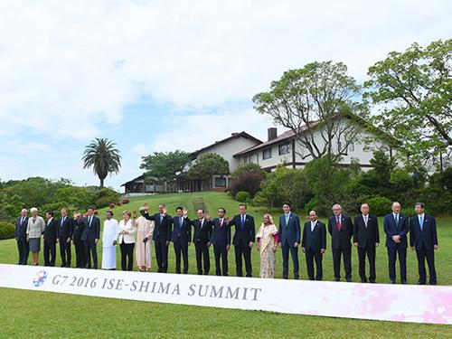 Thủ tướng Nguyễn Xuân Phúc (thứ 5 từ phải qua) chụp ảnh chung với các nhà lãnh đạo dự Hội nghị Thượng đỉnh G-7 mở rộng