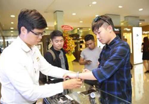 khách mua đồng hồ tại Cititime Mall ngày khai trương