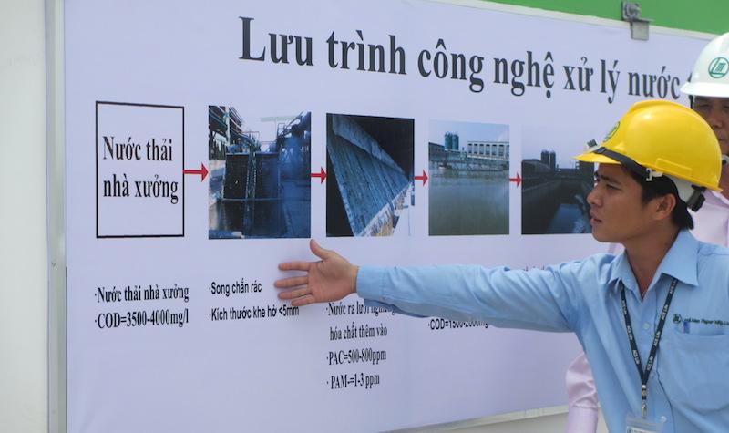 Nhân viên Nhà máy Giấy Lee & Man giới thiệu quy trình xử lý nước thải.