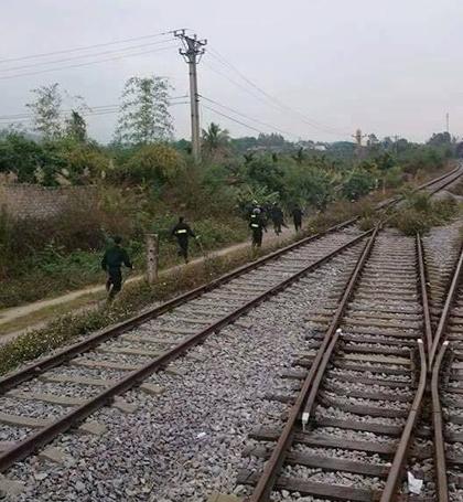 Lực lượng công an bất ngờ từ tàu hỏa ập vào sới bạc đang có sự hiện diện của gần 100 người