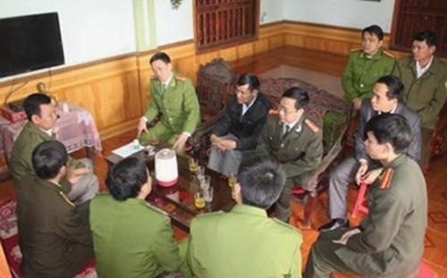 Lãnh đạo Công an tỉnh Nghệ An thăm, động viên và trao tiền hỗ trợ cho ông Thái Doãn Hiệu (ngồi ngoài cùng bên trái) - Ảnh: Công an tỉnh Nghệ An