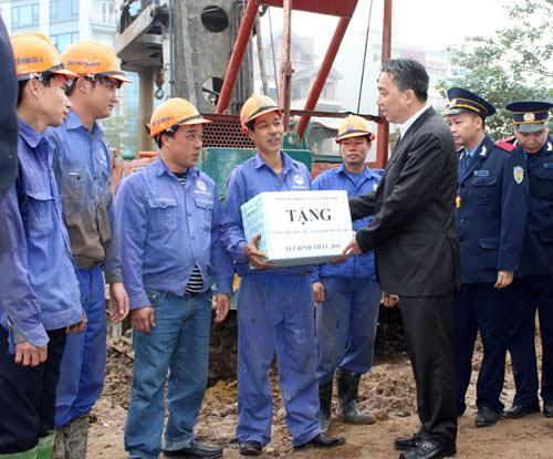 Giám đốc Sở GTVT Hà Nội Vũ Văn Viện trao quà động viên cho các công nhân đang thi công trên công trình cầu 361 trong dịp Tết