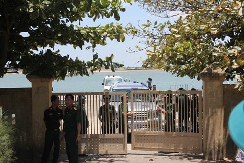 Lực lượng chức năng đón Thiếu tá, phi công Nguyễn Hữu Cường tại Hải đội 2 ở cảng Cửa Hội
