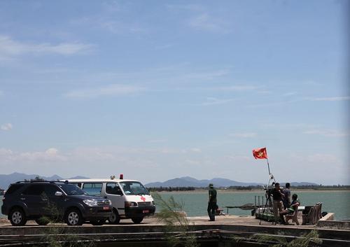 Lực lượng chức năng tại cảng Cửa Hội đón Thiếu tá, phi công Nguyễn Hữu Cường