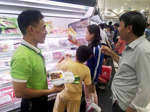 Người tiêu dùng dùng thử sản phẩm thịt đà điểu của Khatoco
