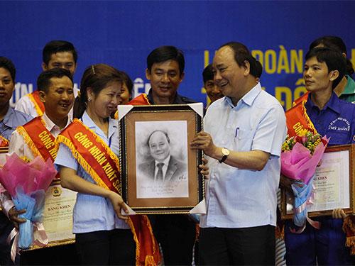 Đại diện công nhân tặng quà cho Thủ tướng