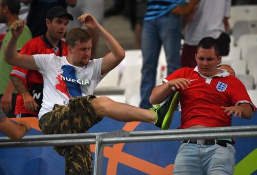 CĐV Anh và Nga lao vào nhau hỗn chiến trên sân Velodrome ở Marseille hôm 11-6