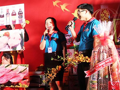 Công nhân Công ty CP Kinh doanh Thủy hải sản Sài Gòn tham gia hoạt động văn nghệ tại ngày hội. ẢNH: HỒNG ĐÀO