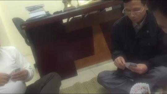Người đeo kính được xác định là Trung tá Phạm Thanh Giang, Trưởng công an phường Trần Phú - ảnh cắt từ clip
