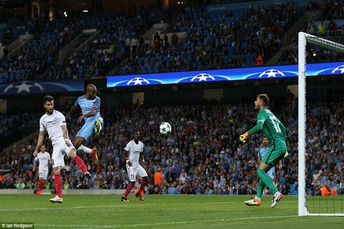 Fabian Delph đánh đầu ghi bàn duy nhất cho Man City