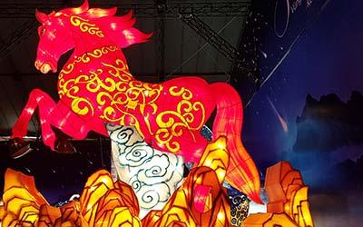Chú ngựa chiến vô cùng uy phong và lẫm liệt đang tung vó trên bầu trời đêm