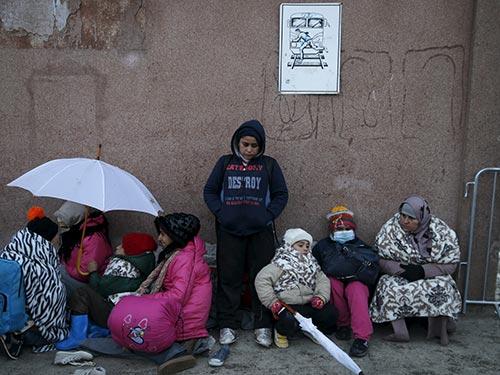 Người di cư chờ đợi tại ga xe lửa ở Presevo, Serbia hôm 20-1 Ảnh: REUTERS