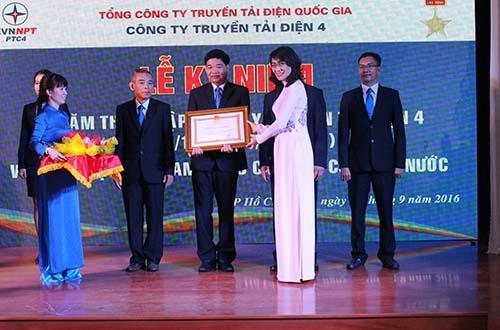 Bà Nguyễn Thị Thu, Phó Chủ tịch UBND TP trao tặng Huân chương Lao động hạng I cho Công ty Truyền tải điện 4.