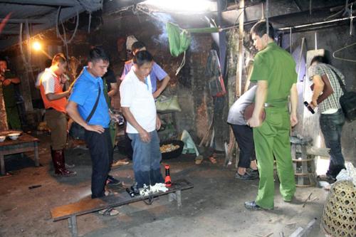 Lực lượng chức năng điều tra tại hiện trường vụ thảm sát 4 người - Ảnh: Báo Lào Cai