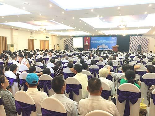 Người tiêu dùng đang đặt câu hỏi cùng TS Nguyễn Hoàng Lê tại hội thảo