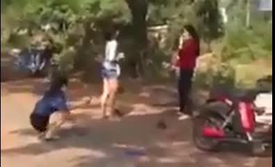 Trong khi 2 thiếu nữ đánh nhau thì một hotgirl khác đến quay clip cho cận cảnh Ảnh cắt từ clip