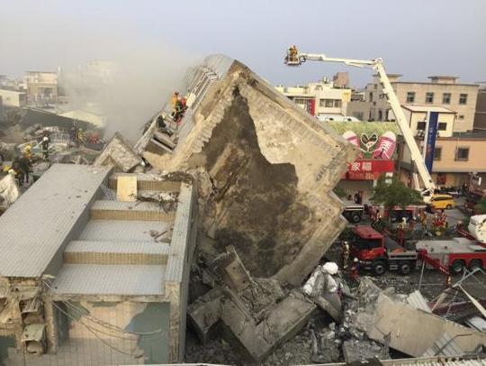 Tòa chung cư 17 tầng đổ sập - Ảnh: Reuters