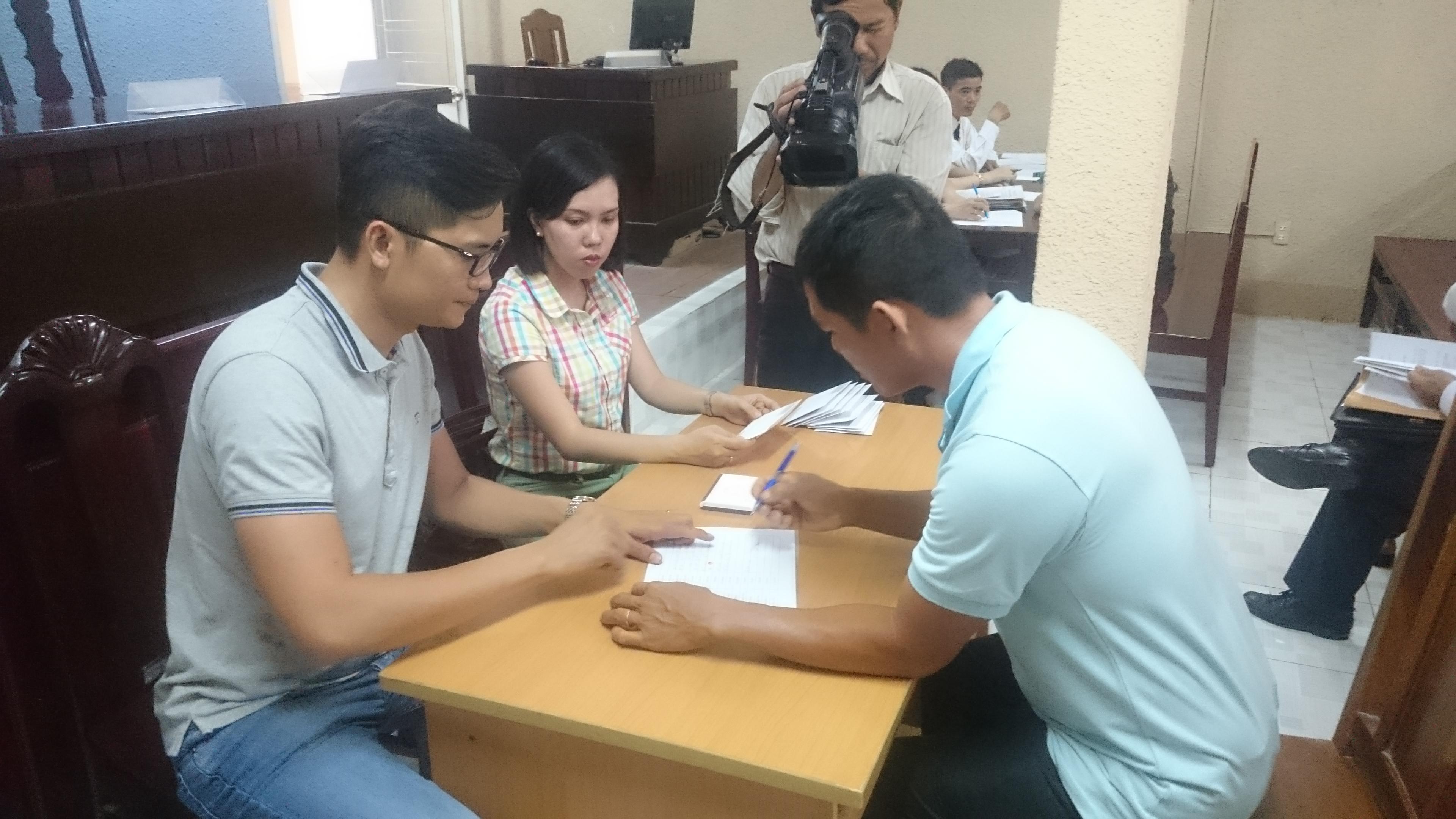 Các hộ dân ký nhận tiền từ Công ty Nghê Huỳnh