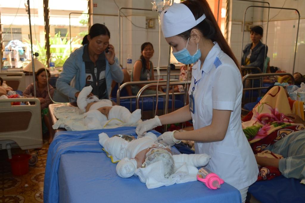 Hai cháu bé thời điểm đang điều trị tại Bệnh viện Đa khoa tỉnh Đắk Lắk